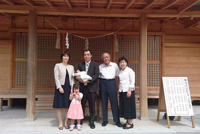 総社宮拝殿の前で記念撮影をする初宮詣のお参りに訪れたゆうとくんご家族
