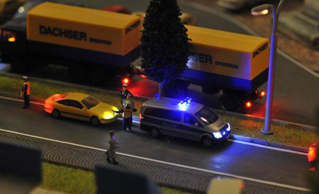 Beamte der Verkehrsüberwachung kontrollieren ein Fahrzeug in Dohnsberg