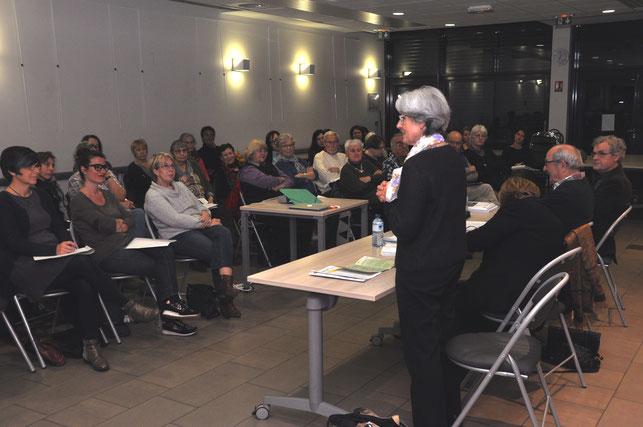 Jacqueline Chapuis, présidente d'Alertes 38, accueille les participants
