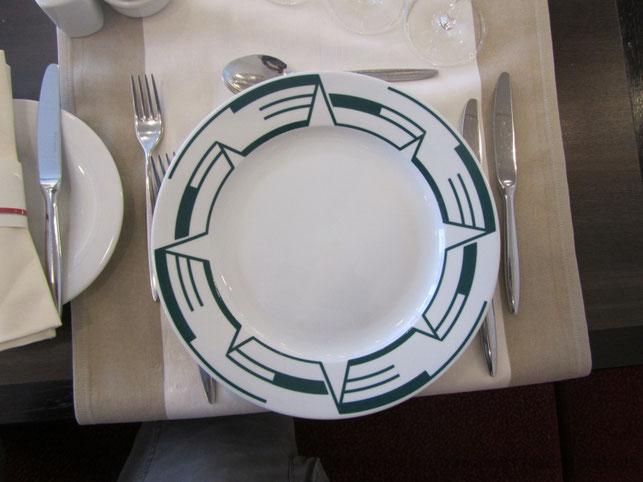 Assiette siglée au nom de Pont-Aven, utilisée pour la présentation au restaurant à la carte gastronomique Le Flora.
