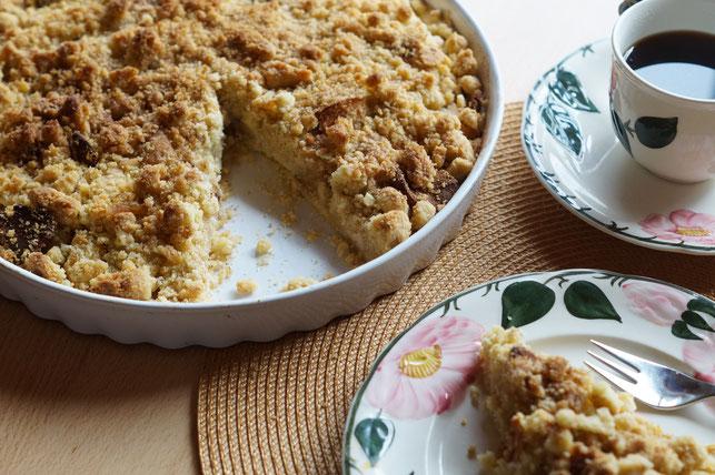 veganer Krümelkuchen mit Äpfeln und Marzipan