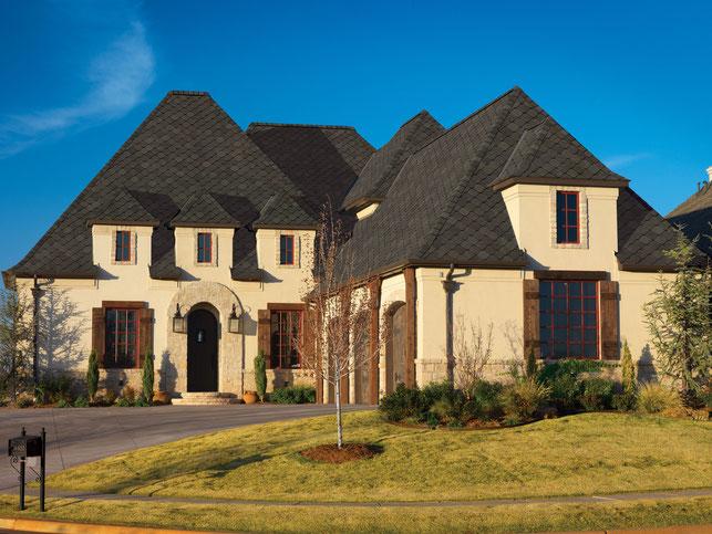 na zdjęciu dach pokryty gontem marki GAF model Sienna w kolorze Heirloom Brown