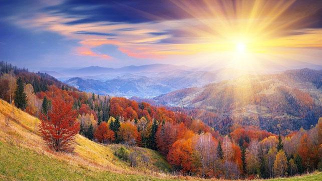 Le soleil levant évoquant la lumière et la gloire divines représente le Créateur, source de toute énergie et de tout espoir. L'ange qui vient du soleil levant se trouvait auprès de Dieu lui-même. Le Tout-Puissant lui a confié son propre sceau.