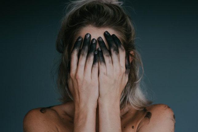 femme-visage-cache-par-ses-mains-crise-d-angoisse