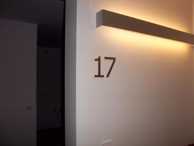 Hinterleuchtetes Plexiportal mit LEDs stromsparend umgesetzt. Einzelbuchstaben aus Vollacryl auf Portal aufgesetzt.