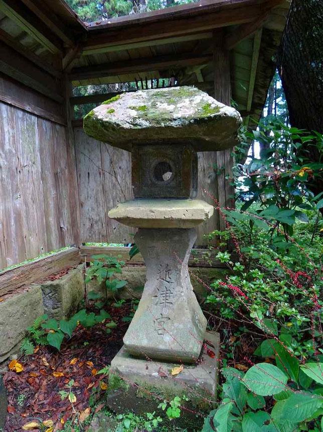三の鳥居の正面右側には「近津宮」と記された石燈籠