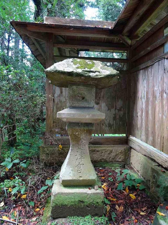 左側の石燈籠