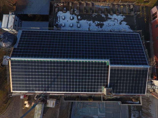 Solarstrom-Generator mit einer Leistung von 145 kWp, über 800 StromZiegel v3. Bild: EW Wald