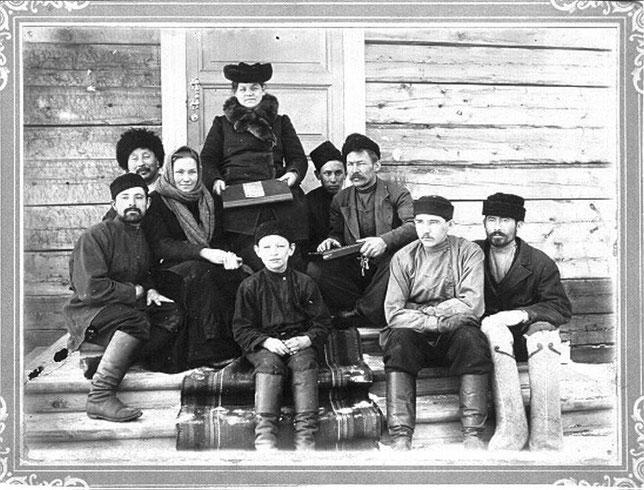 Агафья Киселева (третья слева) и Агриппина Бушуева (четвертая). Якутск, 1899 год