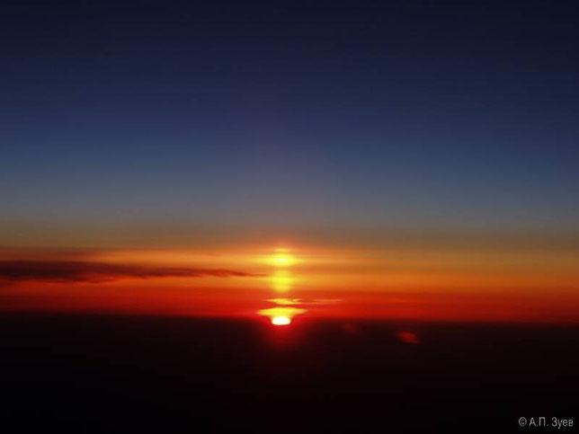 Восход солнца на высоте 10 000 м. Фото Зуева А.П.