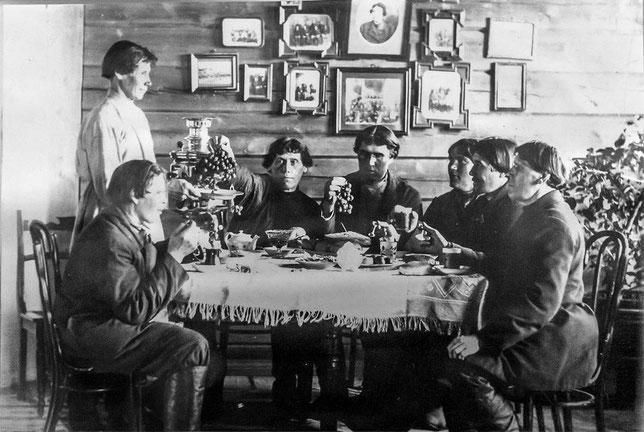 Олекминские скопцы едят выращенный своими руками виноград