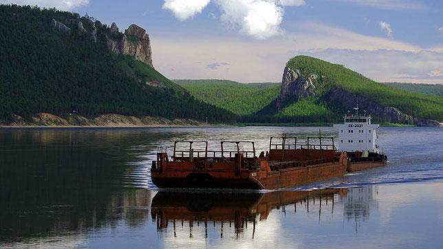 Устье реки Ура. Гора Медведь (слева) и гора Колокол (справа). Фото Алексея Зуева