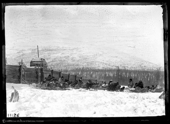 В ожидании открытия ворот Анюйской ярмарки. Снимок В. Йохельсона