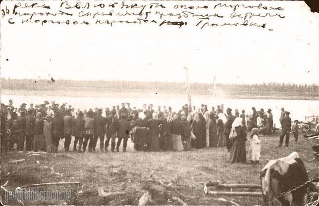 Река Вилюй. Якуты около торгового парохода справляют праздник встречи с торговым пароходом Громовых.