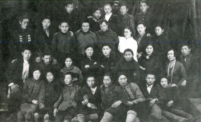 Группа работников ЦДСПИ (позже — Якутский музыкально-драматический театр). 1931-1932 гг.