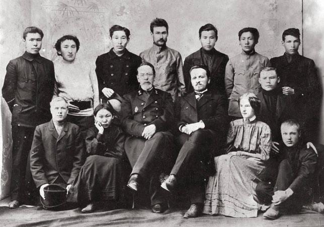 Медицинский инспектор Вонгродский среди слушателей фельдшерских курсов.