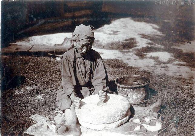 Помол зерна на ручной мельнице. Батурусский улус. И.В. Попов