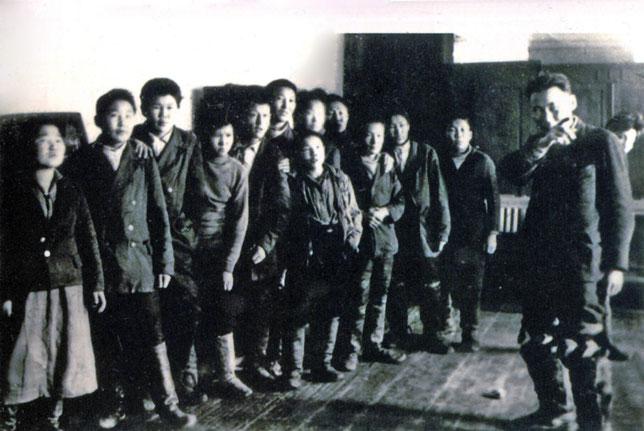 Режиссер В.В. Местников с учащимися театральной студии. 1925 г.