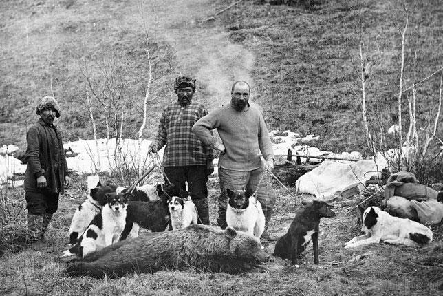П.А. Кушнарев с проводниками после медвежьей охоты. Из личного архива Анны Лавровой