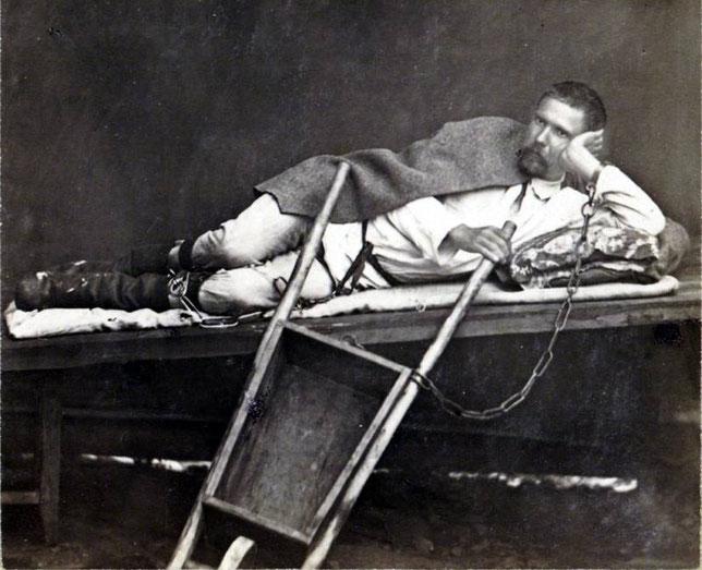 Прикованный к тачке, лежащий на нарах. Фотография Кузнецова Алексея Кирилловича