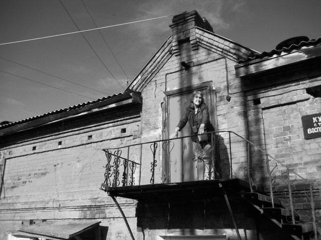 Автор на лестнице кушнаревского склада пушнины в Иркутске. Из личного архива Анны Лавровой
