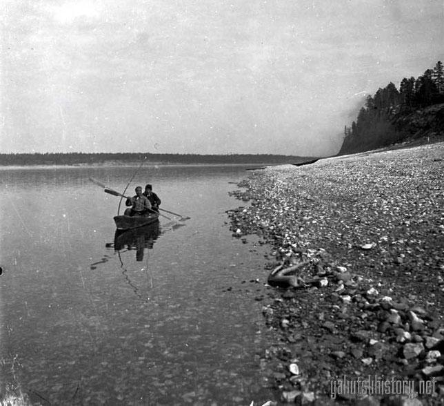 Якуты на лодке-ветке у Олекминска. Снимок Е.П. Ересько