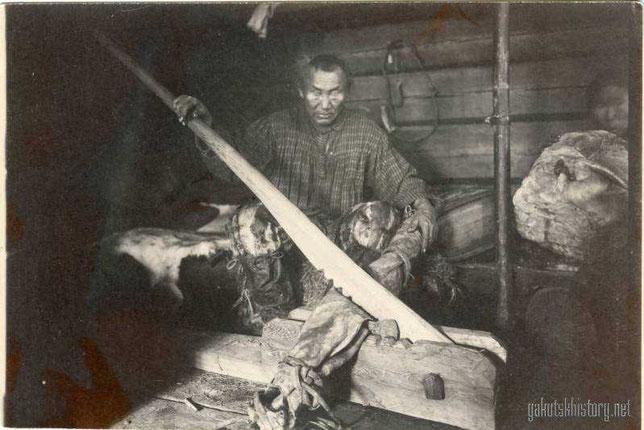 Тунгус Верхоянского округа, выделывающий кожу