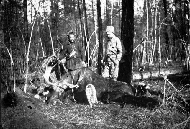 П.А. Кушнарев с проводником после охоты на лося. Из личного архива Анны Лавровой