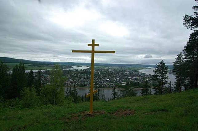 Памятный крест в честь землепроходцев на фоне Киренска. Фото Алексея Зуева
