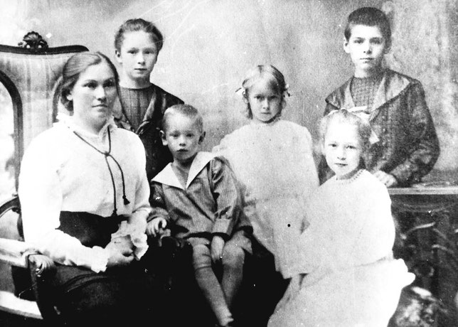 Агафья Порфирьевна и дети: Таня, Миша, Валя, Ляля и Тося Кушнарева ( только что после сыпного тифа). Весна 1915 года. Иркутск.