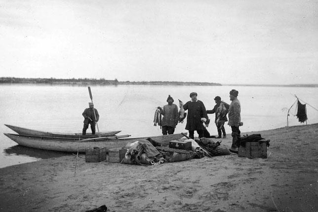 Река Лена. Добыча - рыба и дичь. В лодке стоит П.А. Кушнарев, 3-ий слева Л.А. Лукашевич, 5-ый Е.М. Зуев. Якутск.  Из личного архива Анны Лавровой