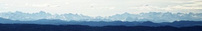 Panorama vom Oberalpstock ganz links bis zum Titlis ganz rechts