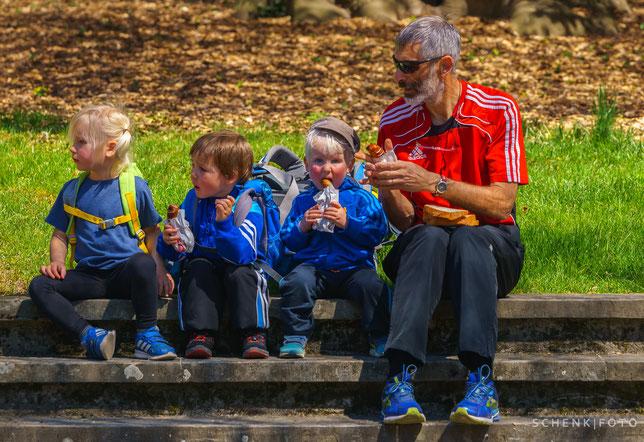 """nächstes Jahr gibt es eine eigene Kategorie für sie: """"juniors-vétérans"""", Grosseltern mit Enkeln"""