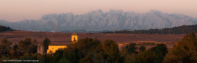 Abendlicher Blick von unserem Stellplatz auf einem Weingut auf die Silhouette der gezahnten Berge  von Monserrat