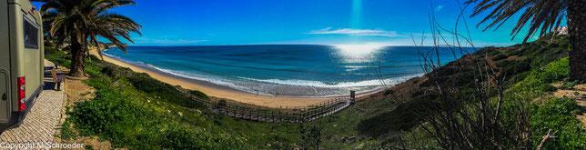 Blick von der Küstenstraße von Salema