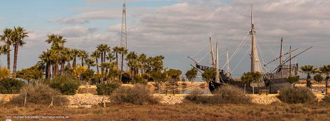Nachbauten der zwei Karavellen Niña und Pinta und der Karacke Santa Maria, den Schiffen, mit denen Kolumbus in See stach.