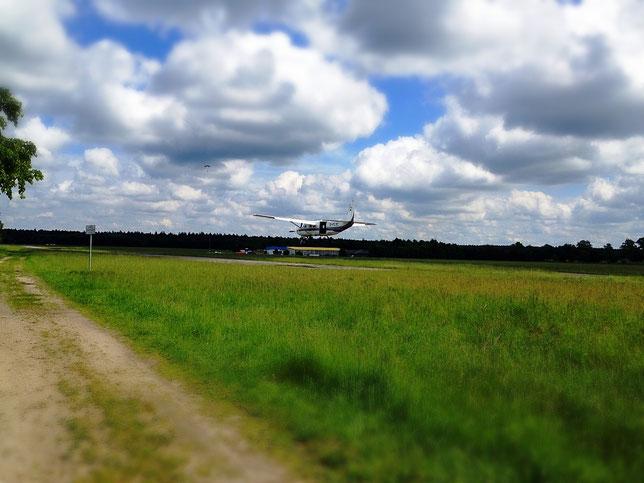 Flugbetrieb auf dem Flugplatz Hartenholm - direkt am Wanderweg