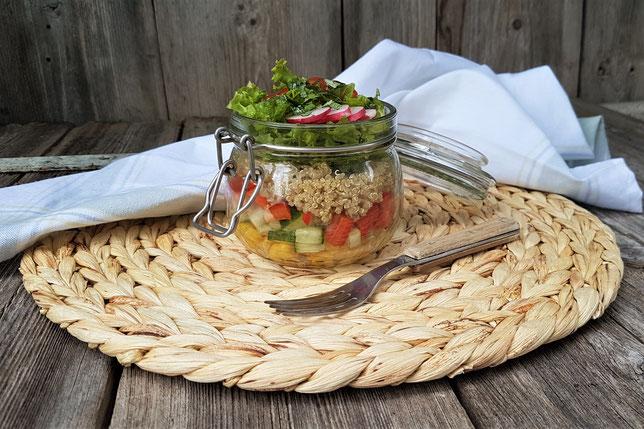 Salat im Glas mit Quinoa, Paprika, Gurke, Tomate, Blattsalat, Mais