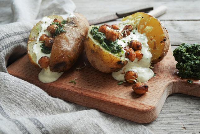 Ofenkartoffel mit Sauerrahmdip und Kichererbsen