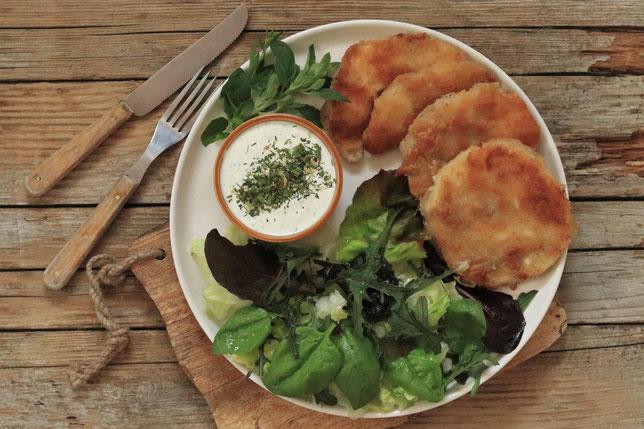 Sellerieschnitzel mit Salat und Dip