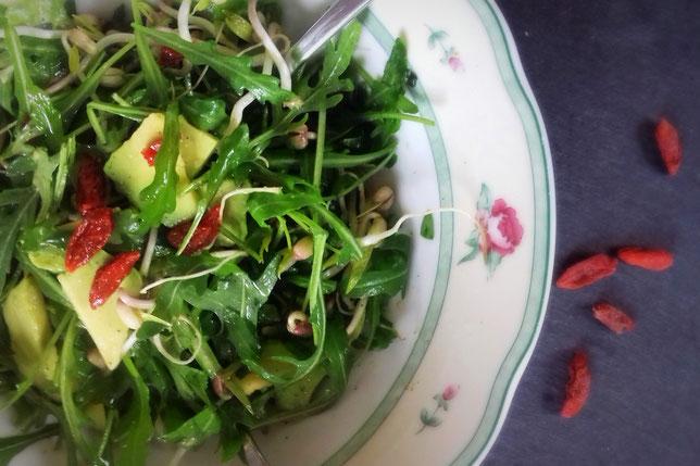 Rucola-Sprossensalat mit Avocado und Gojibeeren