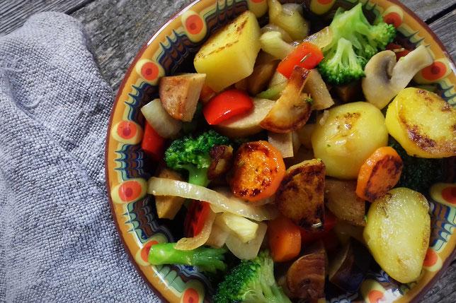 Gemüsepfanne mit veganer Bratwurst