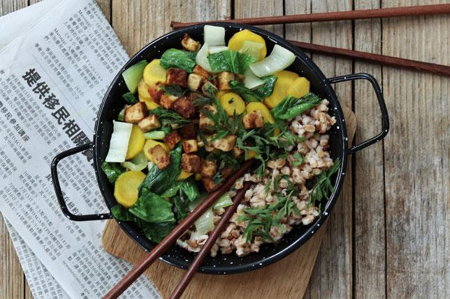 Pak Choi mit Karotten und Tofu auf Dinkelreis