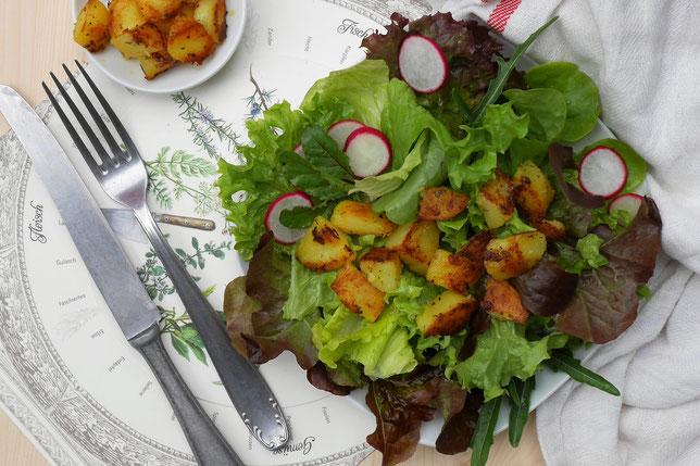 Kartoffel-Blattsalat, ein kräftiger Bauernsalat mit Erdäpfel.