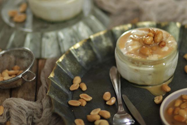 Erdnusseis mit Karamell und Erdnüssen