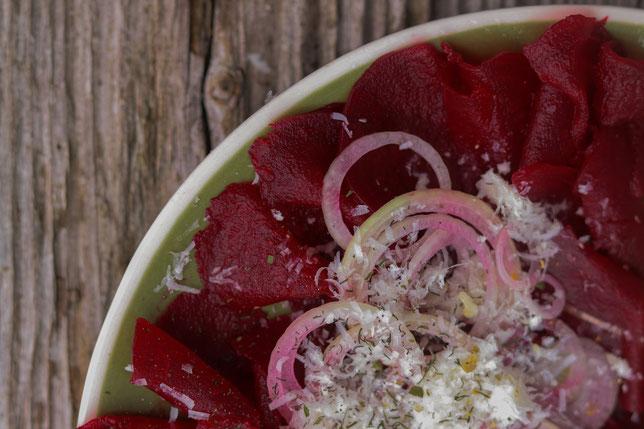 Randensalat mit Zwiebel auf einem Teller