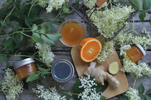 Oranegn-Hollergelee mit Ingwer schön dekoriert mit Hollerblüten