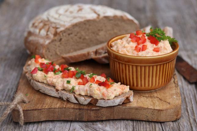 Karottenaufstrich und Brot