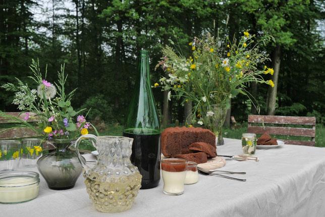 Tisch mit Wein und Desserts
