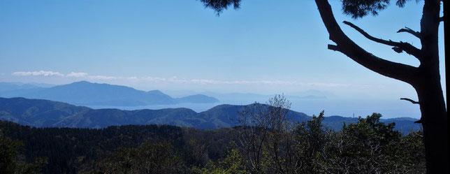 初めての西鬼ヶ嶽から若狭湾を望む。青葉山そして丹後半島?